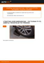 Slik bytter du øvre bærearm bak på en VW Touran 1T1 1T2 – veiledning
