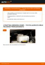 Slik bytter du bremseklosser fremme på en Toyota Auris E15 – veiledning