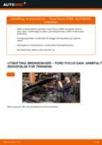Slik bytter du bremseskiver fremme på en Ford Focus DAW – veiledning