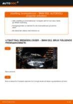 Slik bytter du bremseklosser fremme på en BMW E82 – veiledning