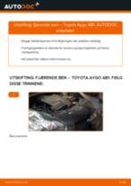 Slik bytter du fjærende ben fremme på en Toyota Aygo AB1 – veiledning