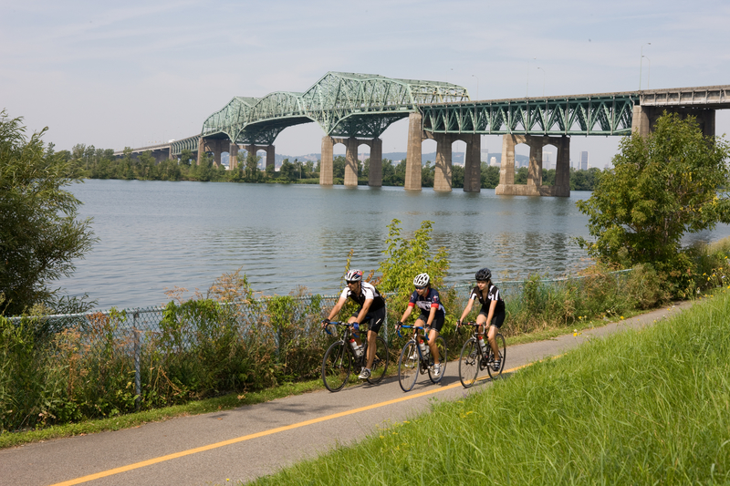 Goupe de cycliste sur le bord du fleuve à Longueuil