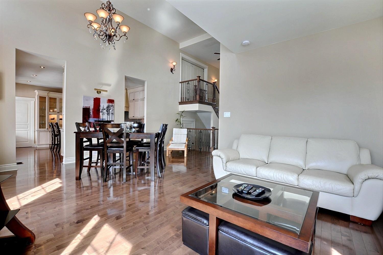 Hauts plafonds, aire ouverte moderne, cuisine de luxe : cette maison ...