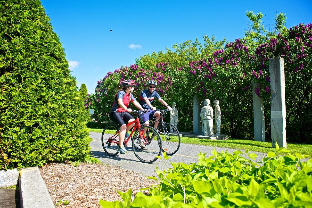 Couple à vélo sur l'Estriade de Granby