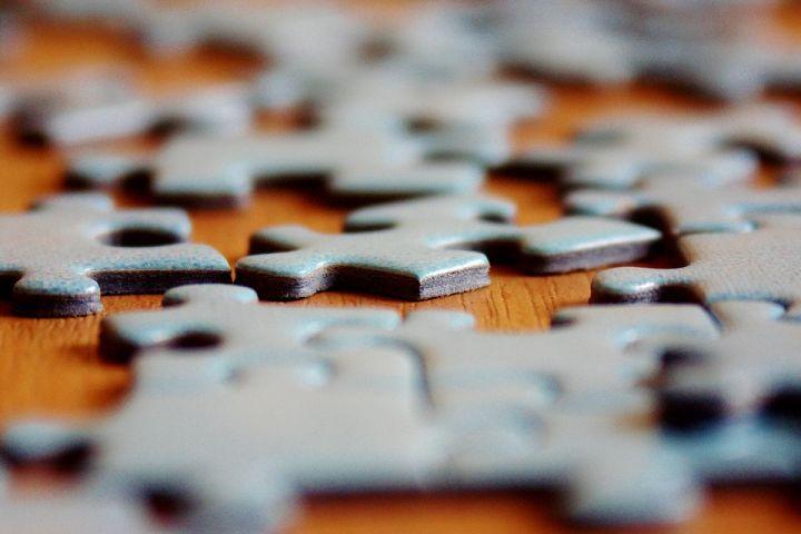 Des morceaux de puzzle qui se perdent ou qui traînent dans la maison? Voici un truc génial afin de remédier au problème!
