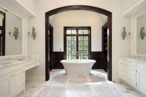Comment mettre en valeur une salle de bains blanche?
