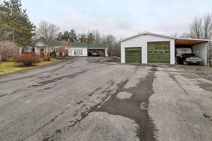 Saint-Chrysostome : découvrez une propriété hors pair au garage double avec levage!