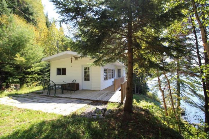 Saint-Donat Property: Panoramic Views of the Lake and Mountains