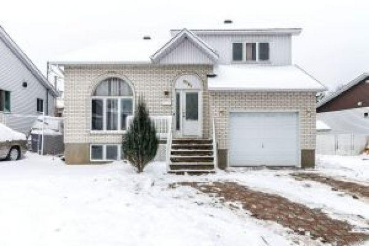Cette propriété de Laval vous propose beaucoup plus que vous ne le croyiez; son immense sous-sol vous surprendra assurément!
