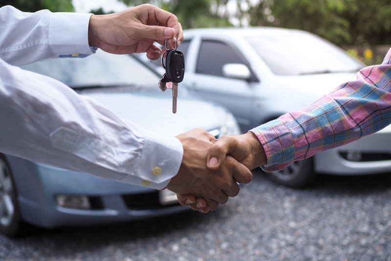 The-car-salesman-is-handing-over-the-keys-to-the-buyer-after-the-lease-has-been-agreed-17102020094513.jpg
