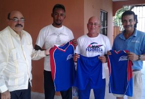 Remo y Canotaje entrega indumentarias a atletas