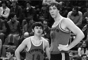 Muere el basquebolista más alto de la historia