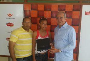 Federación Ajedrez entrega laptop a atleta infantil