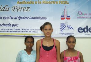 Muñoz y Hazim lideran nacional ajedrez superior femenino
