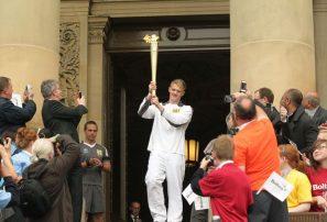 La antorcha olímpica viaja en ferri hacia Liverpool