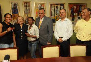 Gobierno entrega apartamentos a Yamilet y a García