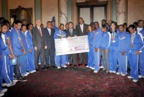 Leonel entrega a los atletas 13.9 millones en incentivos