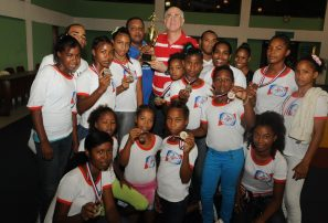 Azua conquista copa Restauración lucha femenina