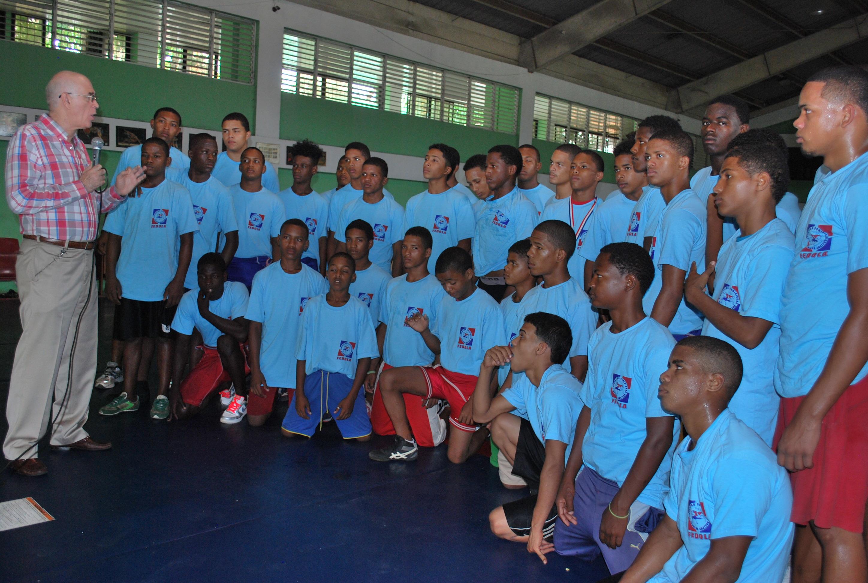 Jóvenes talentos participan campamento de lucha