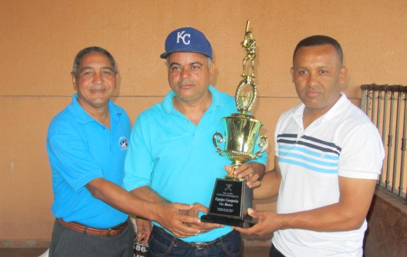 Asociación de softbol premió equipos ganadores