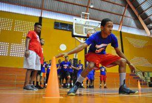 Jugadores selección basket dan clínica en Santiago