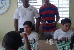 Amparo imparte clínica de ajedrez a niños en Salcedo