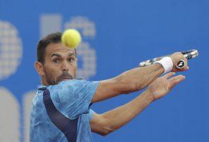 Víctor Estrella pasa a semifinales en ATP de Quito