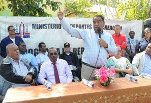 Danilo Díaz inaugura Cancha en Comendador