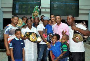 Cientos de personas reciben a campeón El Abejón Fortuna