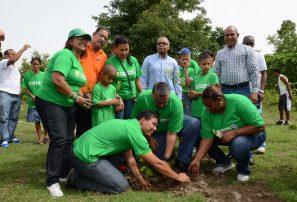 Niños discapacitados participan en jornada reforestación