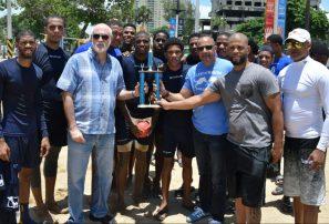 Equipo Los Tiburones, campeón del I torneo de balonmano playa