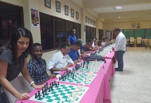 Imparten simultánea de Ajedrez a estudiantes de APEC