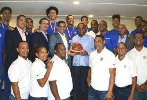 """Ministro Deportes agasaja equipo basket U-17; dice esos atletas son """"orgullo de la Patria"""""""