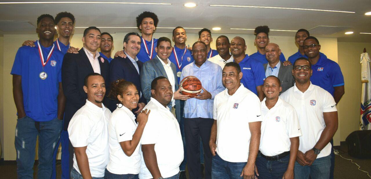 Ministro Deportes agasaja equipo basket U-17; dice esos atletas son