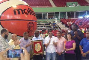 Fedombal reconoce ministro Danilo Díaz en inicio basket sub-15