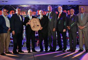 Fedoboxa honra trayectoria del doctor Puello en Gala del Boxeo