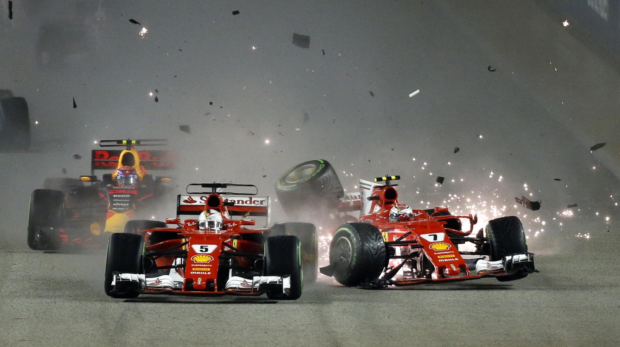 Hamilton triunfa en Singapur; Vettel se estrella
