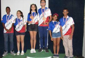 Premian ganadores categorías juveniles de boliche