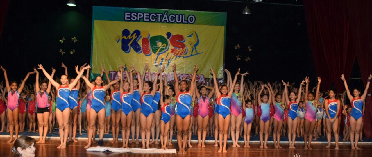 Pequeñas gimnastas exhiben cualidades en vistoso espectáculo