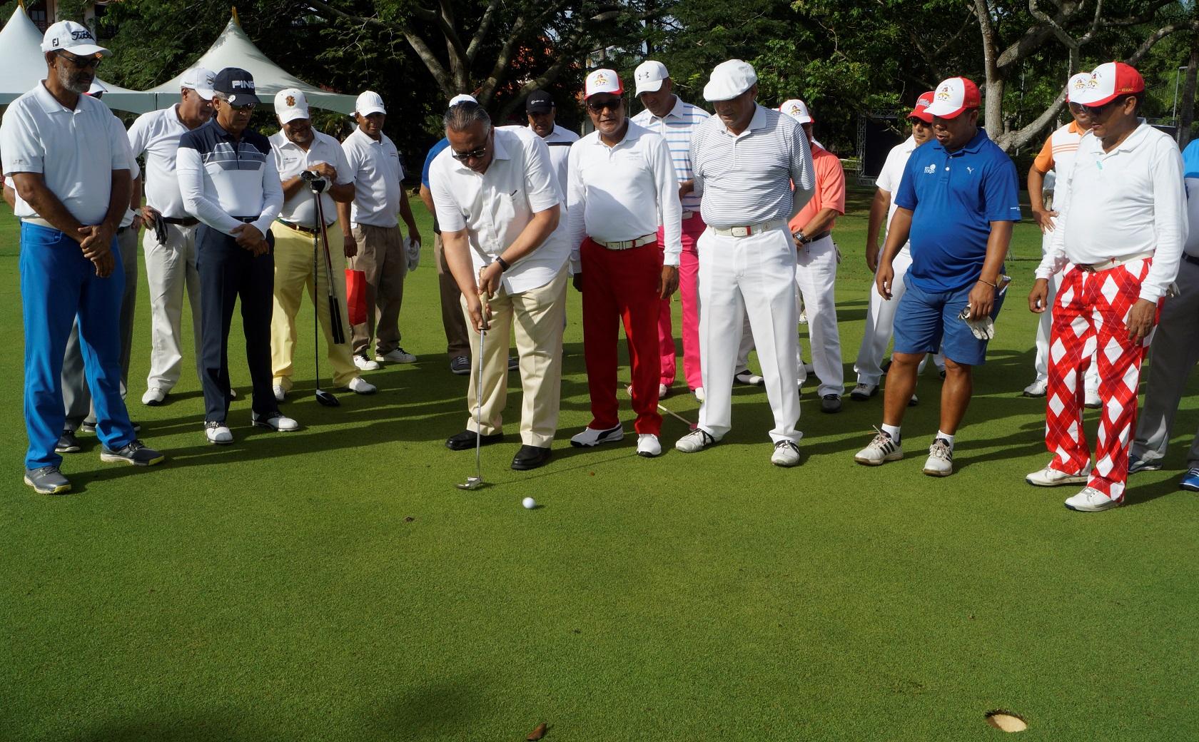 Mejía dio golpe inaugural del VII Clásico de Golf Federico Félix
