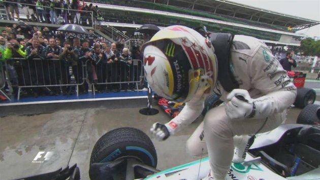 Lewis Hamilton ganó en Brasil y mantiene suspenso
