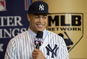 Los Yankees presentan a Stanton; ceden a Starlin Castro y dos prospectos a Marlins