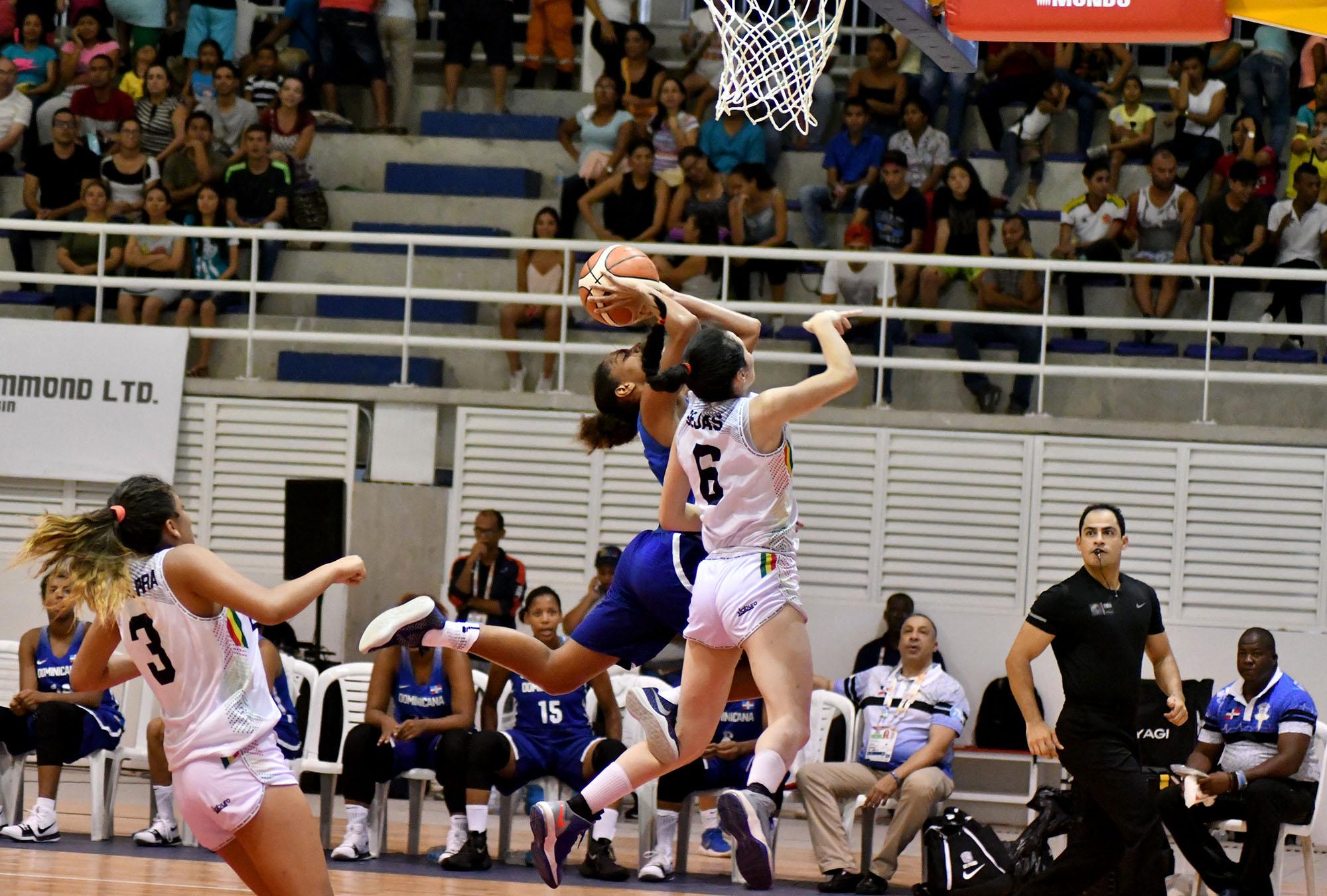 Baloncesto femenino pierde invicto; voleibol queda eliminado