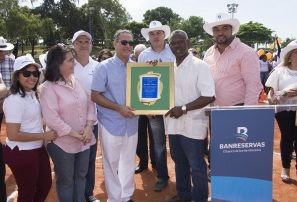 Inauguran Juegos Deportivos Banreservas; reconocen a Luis Mejía