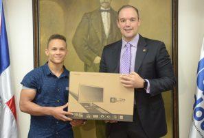 Medallista Audrys Nin Reyes recibe computadora donada por Indotel