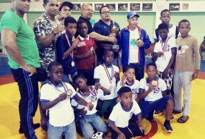 Mao gana categoría infantil del torneo de lucha navideño 2017