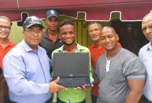 Asociación de Ajedrez de Higüey entrega computadora a Luis Peña