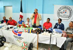 COD entrega utilerías a liceo Alberto Byas de San Pedro de Macorís