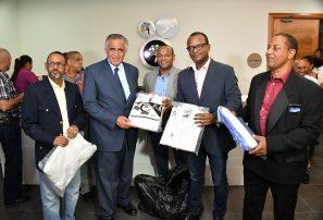 """Mejía plantea estrategia en """"Plan Relanzamiento del Deporte Baní 2020; entregan utilería"""