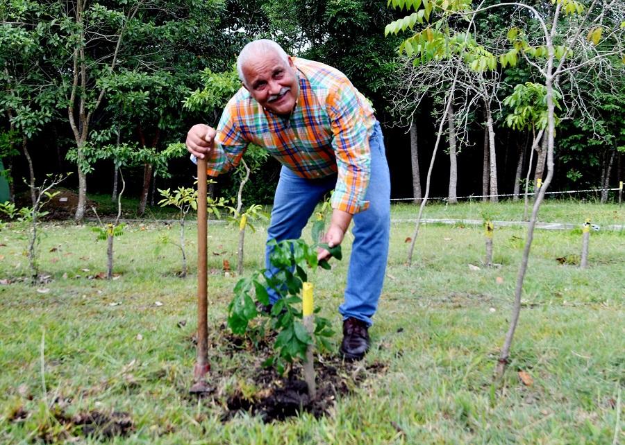 Jaime David siembra un árbol en honor al natalicio de su madre Dedé
